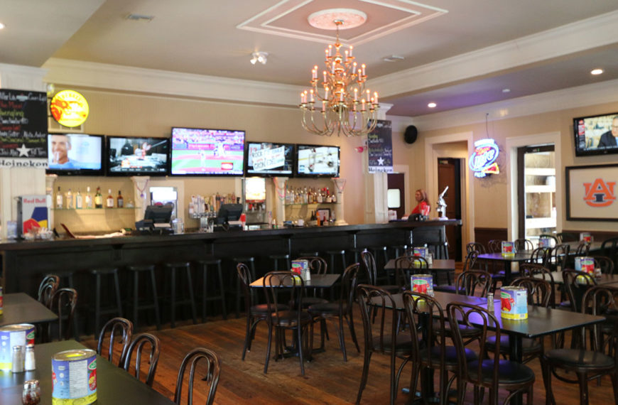 Comfortable, casual atmosphere at Roberto's Italian Pizzeria in Destin, Florida